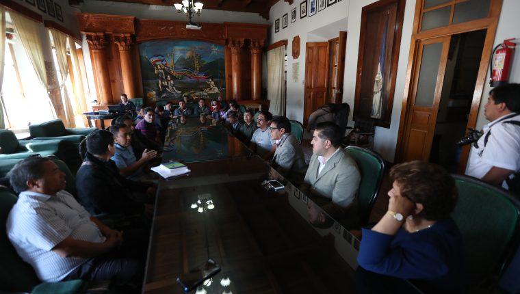 Representantes del Concejo y comerciantes se reunieron con Pablo González, jefe del Sistema de Información Geográfica de la municipalidad, y llegaron a un acuerdo. (Foto Prensa Libre: María Longo)