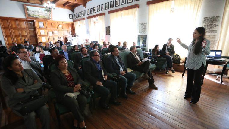 Elisa Castañeda, asesora del Inde, explica a los integrantes del nuevo concejo sobre los detalles del nuevo contrato entre la Municipalidad de Quetzaltenango y el Inde. (Foto Prensa Libre: María Longo)