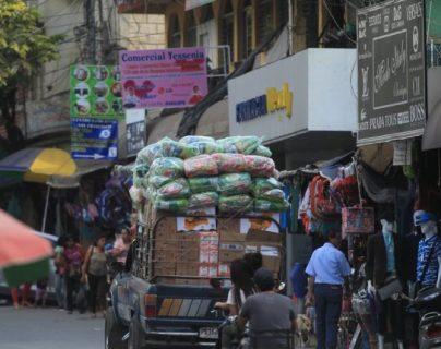 Ante el confinamiento las personas que comercializan con productos de contrabando de México migraron a las redes sociales, y reciben pagos por transferencias. (Foto Prensa Libre: Hemeroteca)