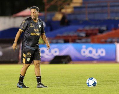 El exfutbolista brasileño Ronaldinho va por un balón durante partido amistoso este 11 de diciembre de 2019 en el estadio olímpico Andrés Quintan Roo, en la ciudad mexicana de Cancún. (Foto Prensa Libre: EFE)