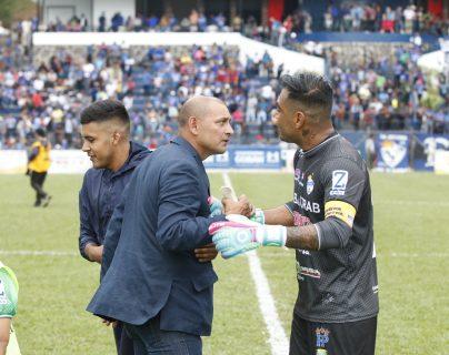 El portero Paulo César Motta junto a su entrenador Jorge Rodríguez, tras haber ganado la fase de clasificación. (Foto Prensa Libre: José Sierra)