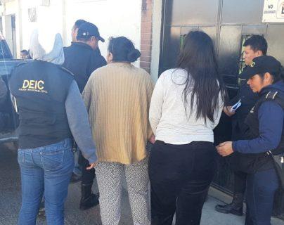 La esposa e hija del alcalde de San Miguel Petapa, Luis Reyes, fueron capturadas hoy en la mañana en Prados de Villa Hermosa. (Foto Prensa Libre: PNC)
