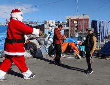 Varios migrantes en la frontera entre México y Estados Unidos recibieron regalos de altruistas. (Foto Prensa Libre: AFP)