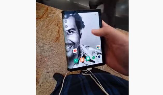 Pantalla del teléfono que impulsa la empresa del hermano del narcotraficante fallecido Pablo Escobar. (Foto Prensa Libre: Tomada de YouTube).