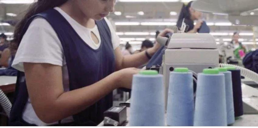 """[Video] Corren de su trabajo a encargada de Recursos Humanos por llamar """"apestocitos"""" a los empleados"""