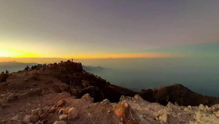 Los turistas disfrutan de los amaneceres en la cina del volcán Tajumulco, en San Marcos. (Foto Prensa Libre: Cortesía Hugo Barrios)