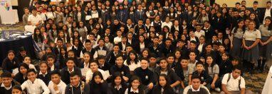 Grupo de jóvenes que concluyó la segunda etapa del proyecto El Vuelo de la Cometa.  (Foto Prensa Libre: Cortesía)