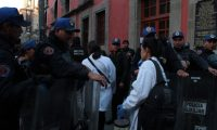 AME3829. CIUDAD DE MÉXICO (MÉXICO), 07/12/2019.- Miembros de la policía permiten el acceso de peritos forenses a la zona donde se presentó un tiroteo este sábado, en Ciudad de México (México). Cuatro personas murieron a causa del tiroteo, cerca del Palacio Nacional, sede del Ejecutivo mexicano, y de la subsiguiente intervención policial, informó la Secretaría de Seguridad Ciudadana de la capital. EFE/ Madla Hartz