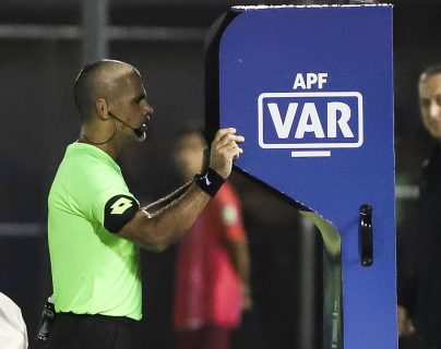 El VAR ya funciona en algunos países de sudamerica. (Foto Prensa Libre: AFP)