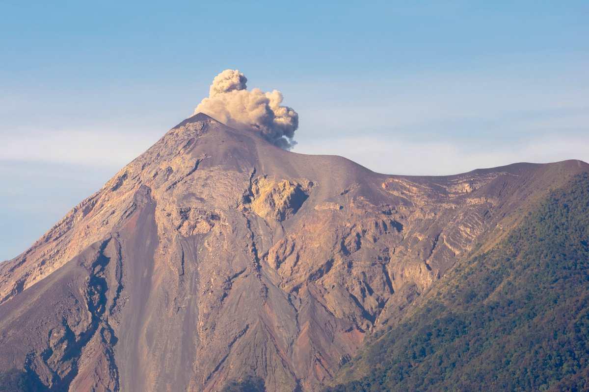 Aumenta actividad del Volcán de Fuego y hay caída de ceniza en aldeas cercanas