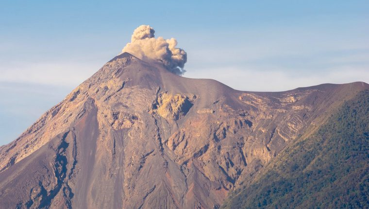 Las autoridades de emergencia monitorean la actividad del Volcán de Fuego.  (Foto Prensa Libre: David Us De Paz)