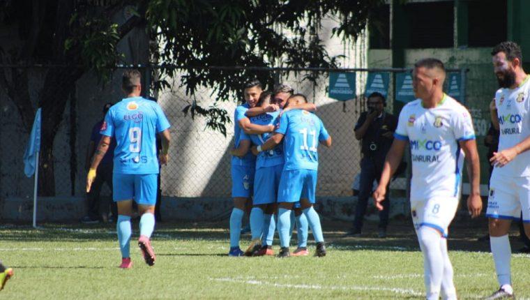 Los jugadores de Sanarate celebran el triunfo de su equipo frente a Mixco. (Foto Prensa Libre: Luis López)
