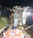 El pesado vehículo chocó y posteriormente volcó. (Foto Prensa Libre: cortesía de Hugo Barrios)