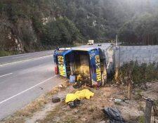 La unidad Huehue-129 volcó en el kilómetro 155.5 debido a aceite derramado en la cinta asfáltica. (Foto Prensa Libre: Mike Castillo)