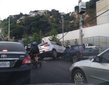 Se reportan dos postes derribados y uno a punto de caer, afectando en dirección a zona 17 y 18. (Foto Prensa Libre: La Red)