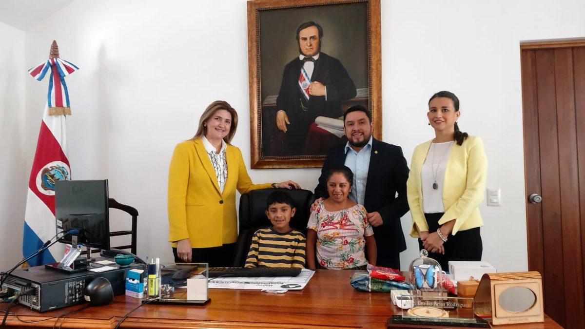 Tomasito, la historia del niño vendedor de Panajachel que sabe todo sobre Costa Rica y cautivó al embajador de ese país