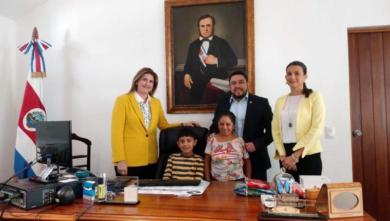 El niño Tomás Tebelán junto a su madre, el embajador costarricense Emilio Arias, la cónsul Cynthia Solís (derecha) y la primera secretaria de la embajada María José Haug. (Foto: Embajada de Costa Rica)