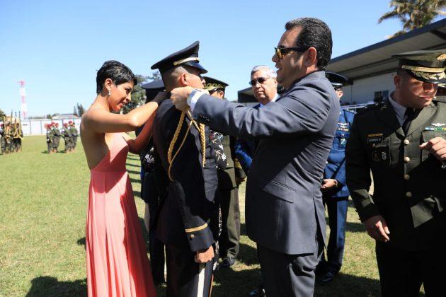 Jimmy Morales asciende a 302 oficiales del Ejército