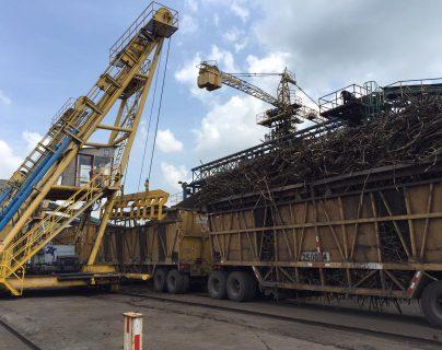 Entre noviembre y abril, temporada de zafra, los ingenios azucareros generan energía con biomasa. (Foto, Prensa Libre: Hemeroteca PL).