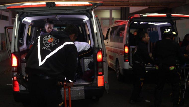 Los Bomberos Voluntarios trasladaron al Hospital General san Juan de Dios a cuatro personas heridas de bala. (Foto Prensa Libre: Bomberos Voluntarios)