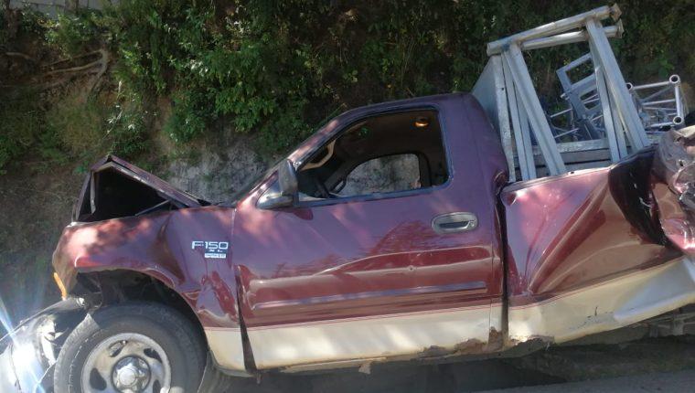 Así quedó uno de los vehículos del múltiple accidente de este domingo en el Kilómetro 19.5 de la ruta Interamericana. (Foto Prensa Libre: Josué León)