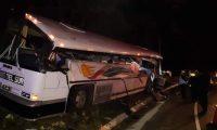 Choque entre un autobús y un tráiler  en km 172.5 de la ruta al Altlántico, Gualán Zacapa. (Foto Prensa Libre: Cortesía)