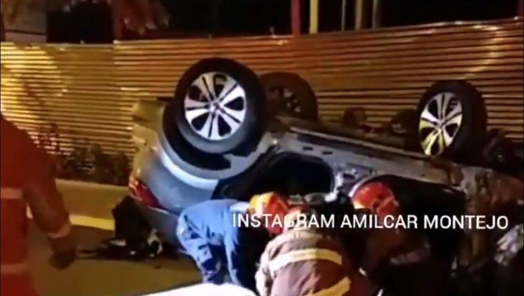 Un vehículo quedó volcado en la zona 11 en uno de los incidentes. (Foto Prensa Libre: Amílcar Montejo)