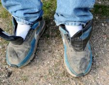 Migrantes caminan sin cordones en sus zapatos, lo que los pone en peligro. (Foto Prensa Libre: EFE)