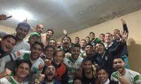 Los jugadores Antigua festejan en el camerino el boleto a la final. (Foto Antigua)
