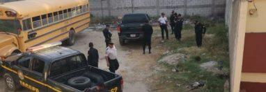 Agentes custodian el picop atracado en Zacapa. (Foto: PNC)