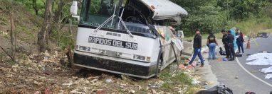 Choque entre tráiler y bus de pasajeros ha dejado varios muertos, en el km 172.5 de la ruta al Atlántico. (Foto Prensa Libre: Dony Stewartl)