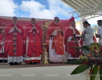 Autoridades eclesiásticas en el acto de beatificación del Hermano Santiago. (Foto Prensa Libre: Mike Castillo)