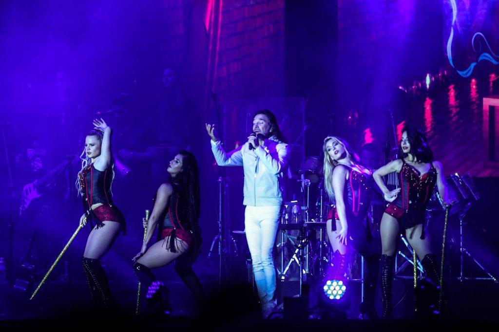 Marco Antonio Solís derrochó talento en el escenario junto a sus bailarinas.  (Foto Prensa Libre: Keneth Cruz)
