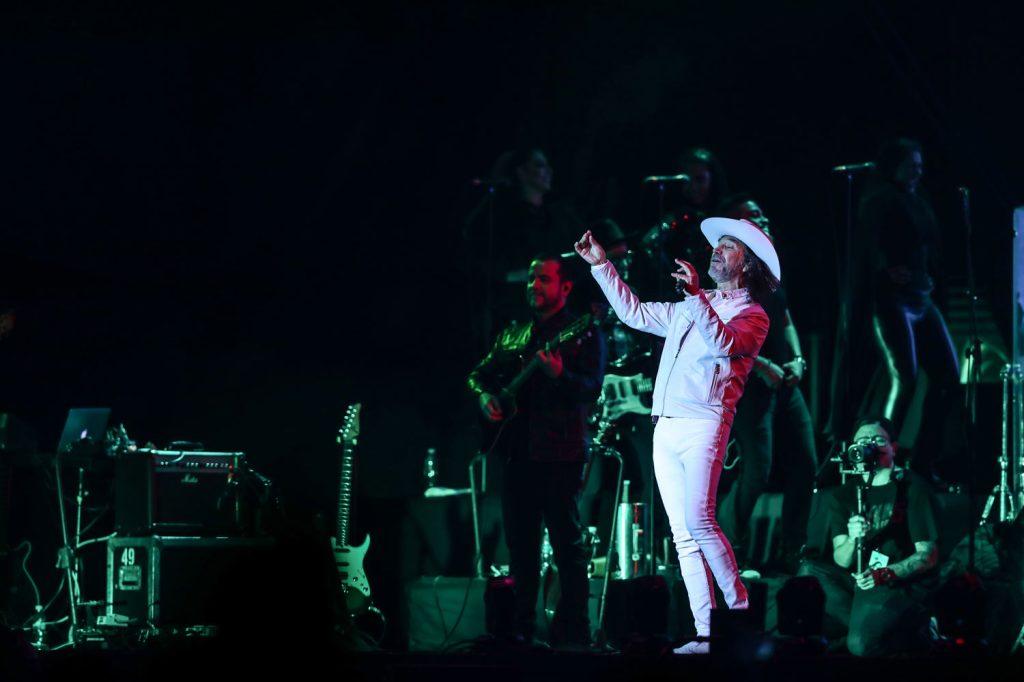 """Con temas como """"La venia bendita"""", """"Si no te hubieras ido"""" y """"Tu cárcel"""", Marco Antonio Solís puso a cantar a los  asistentes quienes lo ovacionaron."""