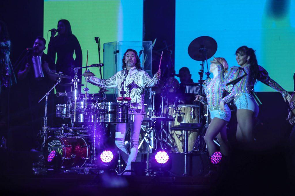 Marco Antonio Solís demostró su habilidad en la percusión. (Foto Prensa Libre: Keneth Cruz)