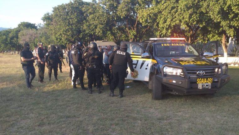 Agentes de la PNC preparan los allanamientos antinarcóticos. (Foto Prensa Libre: Pablo Castillo)