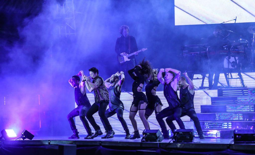 Acompañado de un grupo de coreógrafos, Chayanne dio cátedra de baile en el escenario. (Foto Prensa Libre: Keneth Cruz)
