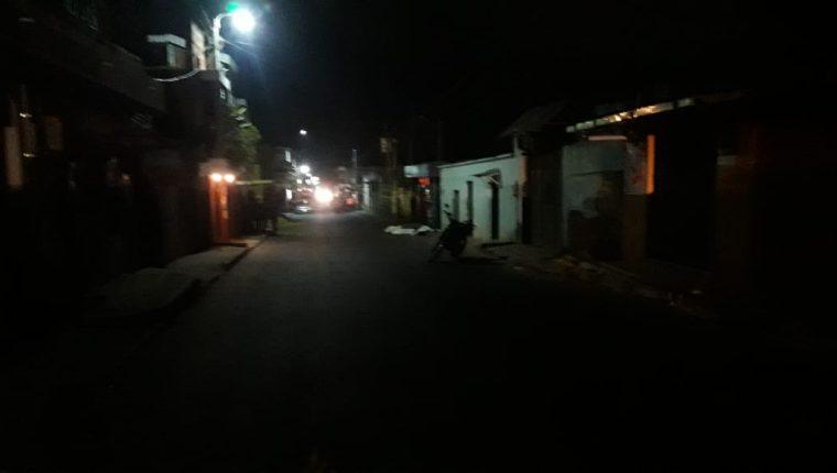 El área donde ocurrió el triple crimen es solitaria y con deficiente iluminación. (Foto Prensa Libre: Víctor Chamalé)