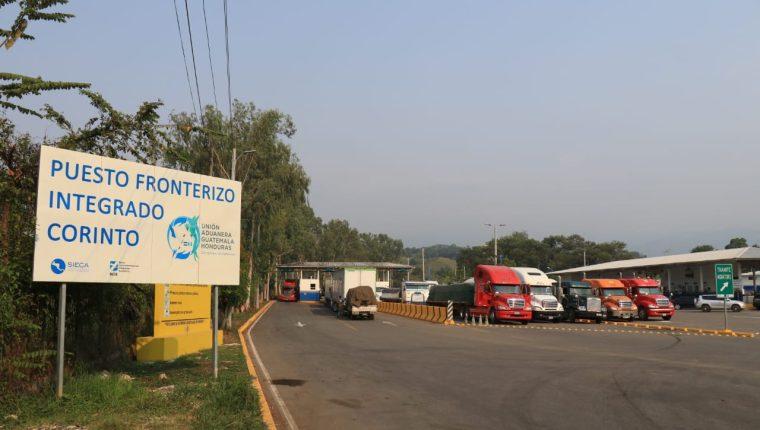 El Puesto Fronterizo Integrado El Corinto, permanece bloqueado desde las 11 horas del lunes 9 de diciembre. (Foto Prensa Libre: Urias Gamarro)