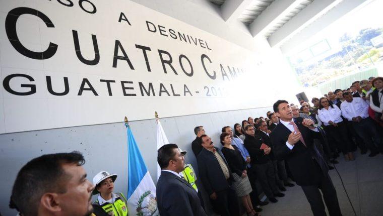 Ricardo Quiñonez, alcalde capitalino, durante la inauguración del paso a desnivel. (Foto Prensa Libre: Carlos Hernández)