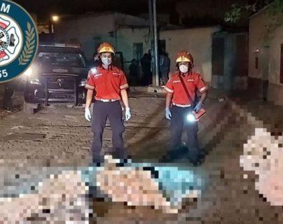 Los Bomberos Municipales acuden al lugar donde abandonados cinco cadáveres, entre costales. (Foto Prensa Libre: Cortesía CBM)