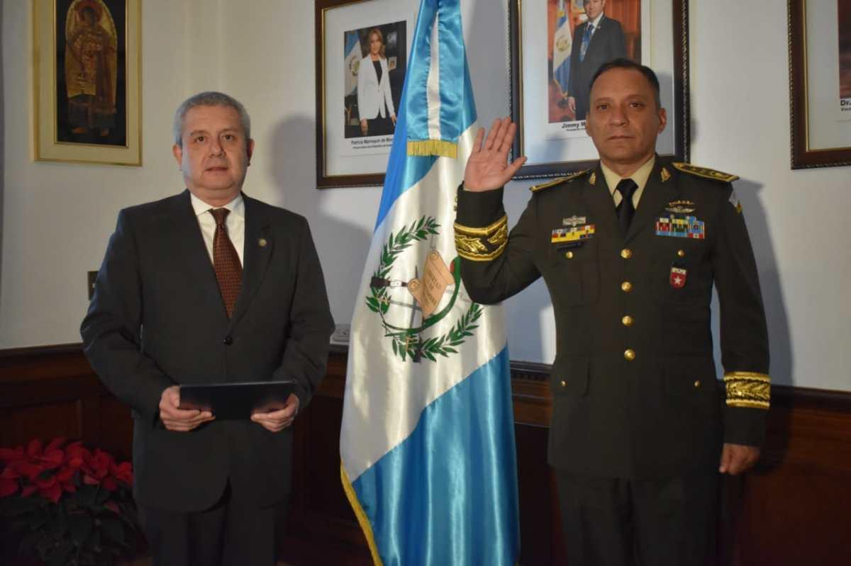 Luis Ralda se retira del Ministerio de la Defensa y Gobierno juramenta a nuevas autoridades