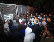 La organización cerró el paso a los aficionados, quienes dicen tener boletos. (Foto Prensa Libre: Juan Diego González)