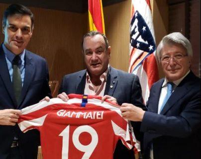 Pedro Sánchez, presidente del gobierno España, Alejandro Giammattei, presidente electo de Guatemala, y Enrique Cerezo, presidente del Atlético de Madrid. (Foto Prensa Libre: Cortesía)