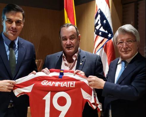 Alejandro Giammattei asiste al partido entre el Barcelona y Atlético de Madrid previo a la COP25