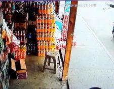 Desconocidos a bordo de una motocicleta lanzaron la granada a una tienda ubicada en ruta al Atlántico. (Foto Prensa Libre: captura de pantalla)