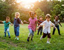 La actividad física en los niños es tan importante como el descanso. (Foto Prensa Libre: freepik.es).