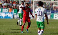 El centrocampista salvadoreño del Municipal Jaime Alas (rojo) es uno de los capitanes del club. (Foto Prensa Libre: EFE)