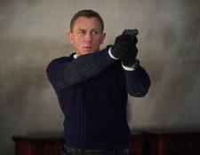 """El actor británico Daniel Craig en el papel de James Bond, durante una escena de la película """"No time to die"""". (Foto Prensa Libre: EFE)"""