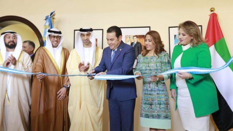 Jimmy Morales inaugura la embajada en Emiratos Árabes Unidos, junto con su esposa, Patricia Marroquín y la canciller Sandra Jovel. Ese viaje fue el más caro de este año. (Foto: Presidencia)